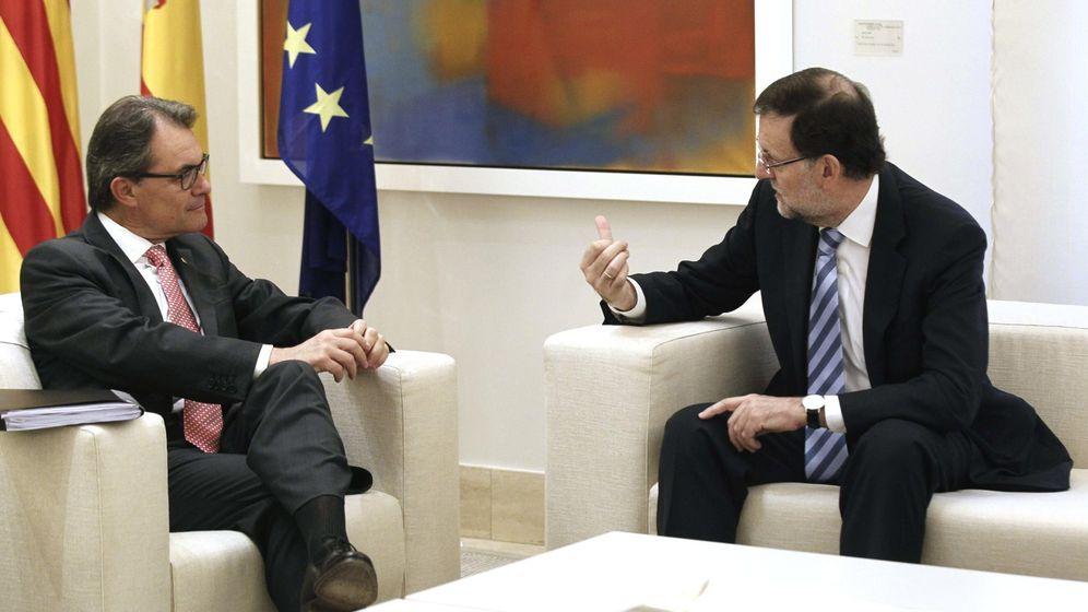 Foto: El jefe en funciones del Gobierno, Mariano Rajoy (d), y el presidente en funciones de la Generalitat, Artur Mas. (EFE)