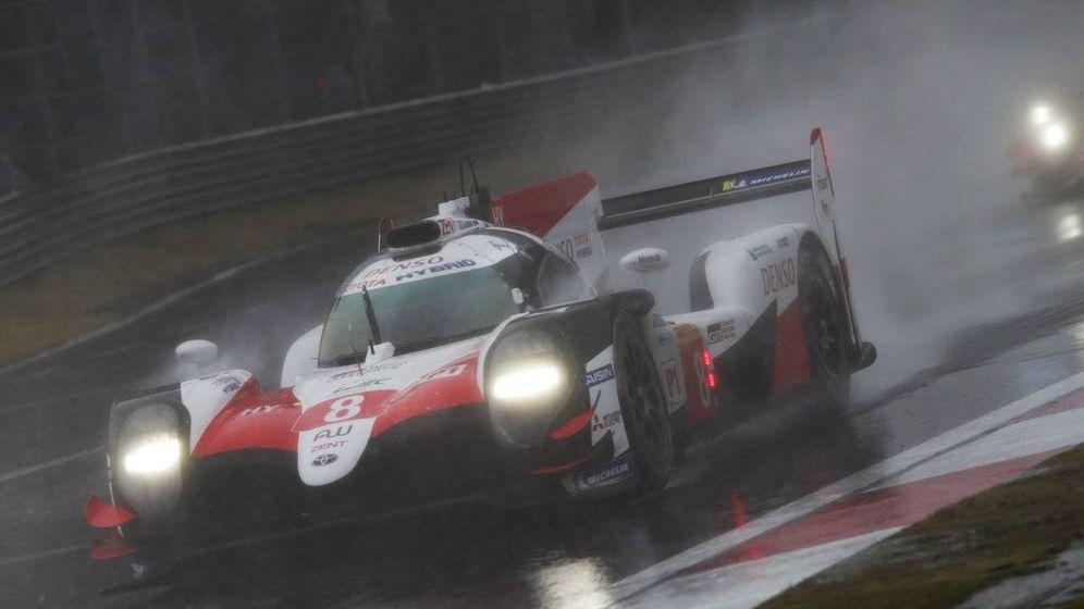 Foto: El Toyota 8 de Alonso durante la carrera. (Twitter: @Toyota_Hybrid)