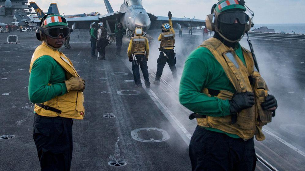 Foto: Tripulantes del portaaviones USS Carl Vinson se preparan para el despegue de un caza F-18, el pasado 8 de abril. (Reuters)