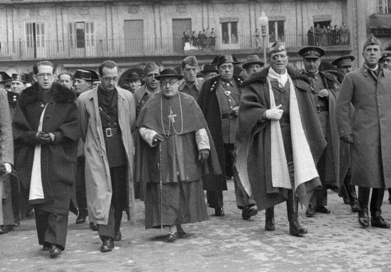 Foto: El cardenal Gomá, Millán Astray y otras sublevados celebran en Salamanca la toma de Tarragona por las tropas de Franco en la guerra civil.