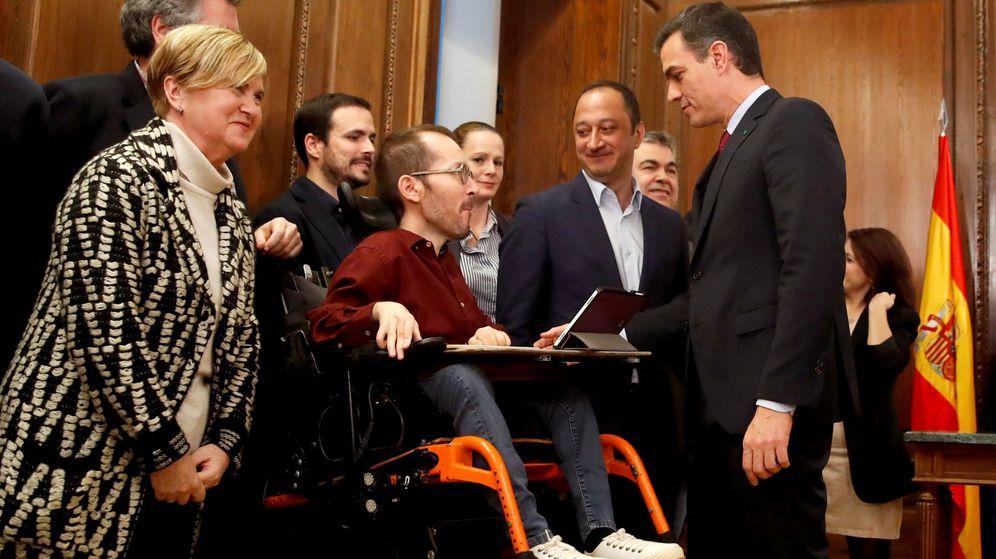 Foto: Pedro Sánchez conversa con Pablo Echenique y Alberto Garzón tras el acto de firma del acuerdo programático con las principales medidas qdel Gobierno de coalición en el salón Chimenea de la Cámara Baja. (EFE)