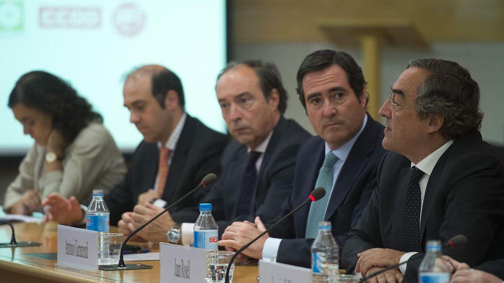 Foto: Juan Rosell junto al resto de la junta directiva de la CEOE. (CEOE)