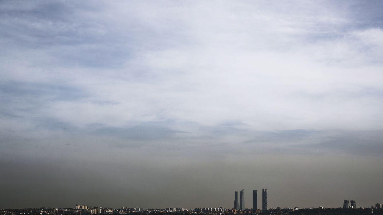 Foto: Una nube se cierne sobre Madrid. (Efe/Emilio Naranjo)