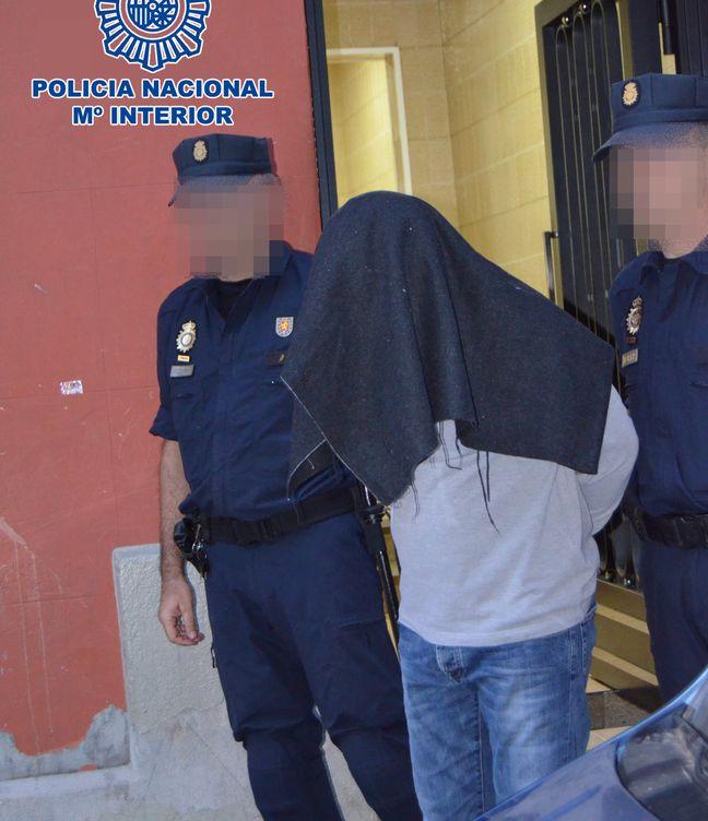 Foto: El individuo detenido en Badalona. (Foto: Policía Nacional)