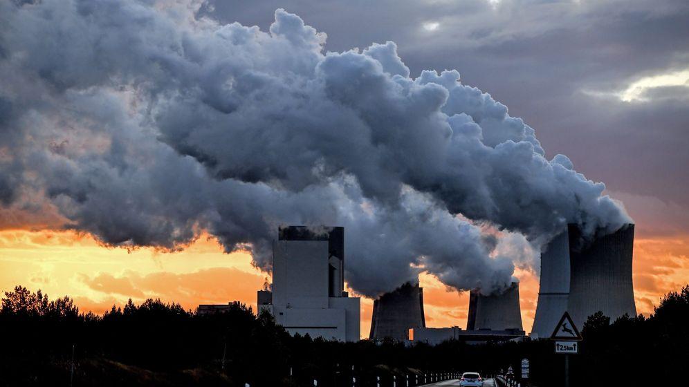 Foto: El vapor de agua emana de varias chimeneas en una planta de Boxberg, Alemania. (EFE)