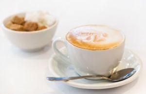 El café con leche: corto de azúcar y en taza pequeña