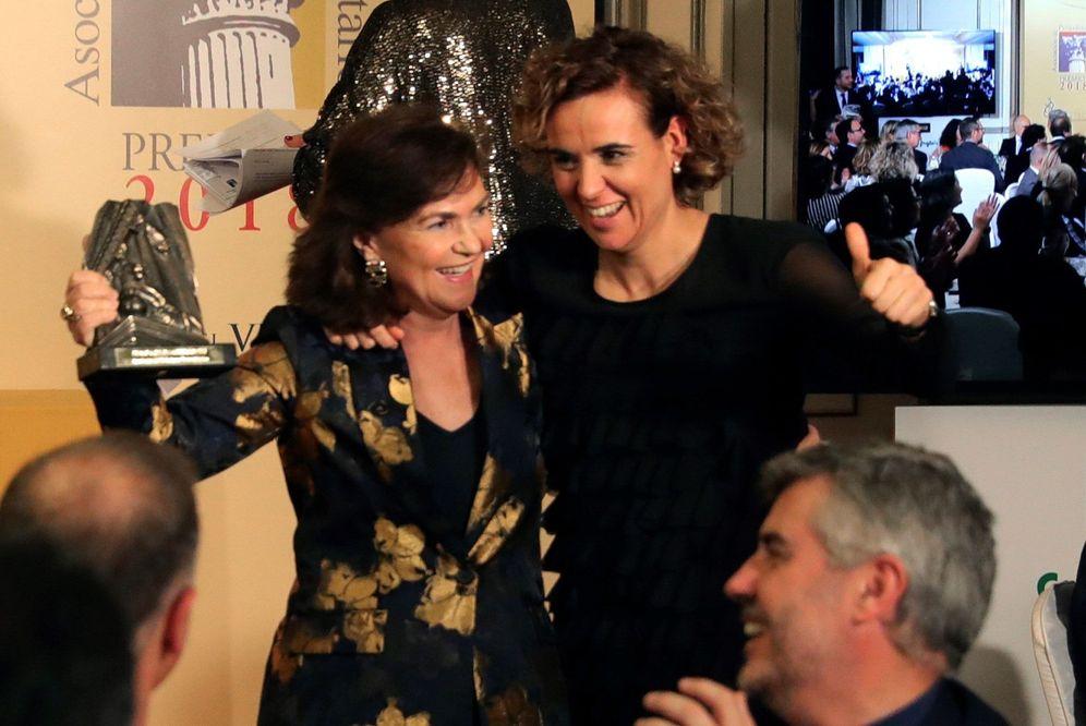 Foto: Carmen Calvo, tras recibir el premio Azote de la Oposición, con la entonces portavoz del PP, Dolors Montserrat, el pasado 18 de diciembre. (EFE)