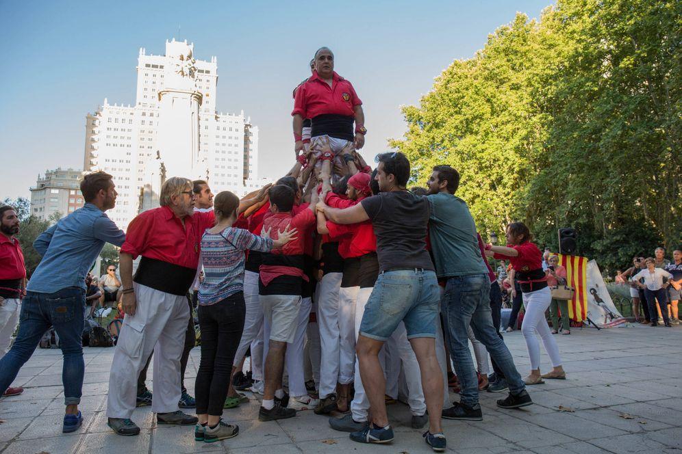 Foto: La Colla Castellera de Madrid celebra la Diada en la plaza de España de la capital. (D.B.)