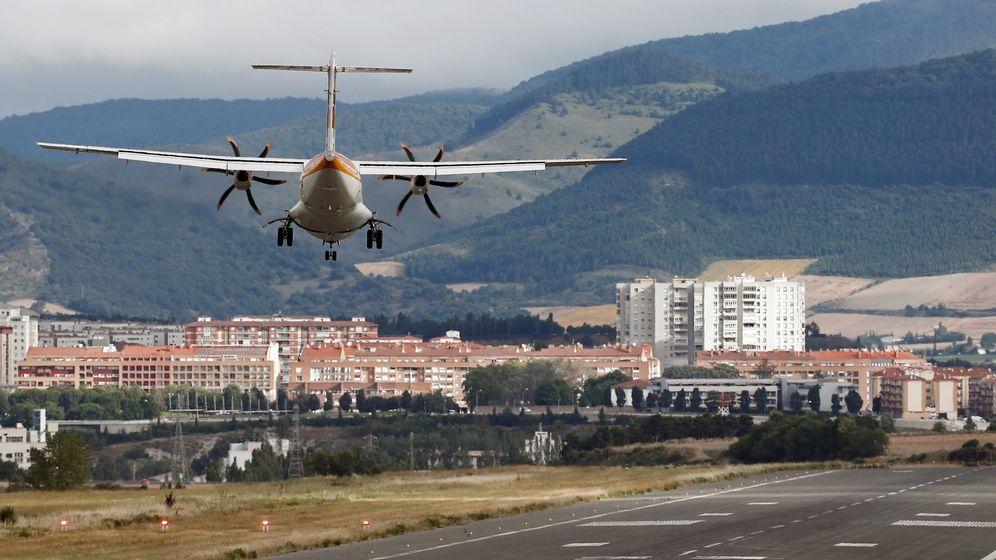 Foto: Vista de un avión aterrizando en el aeropuerto de Pamplona. (EFE)