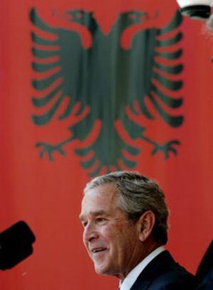 Bush mueve ficha sobre Kosovo y afirma que conseguirá su independencia