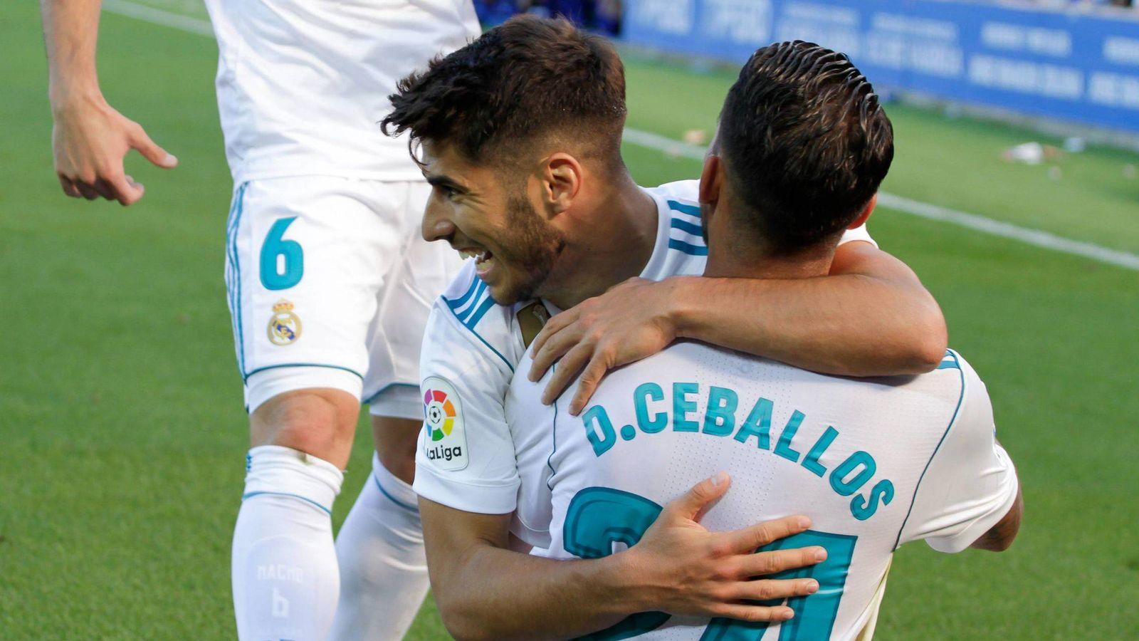 Foto: Asensio celebra un gol de Ceballos en Vitoria. (Cordon Press)