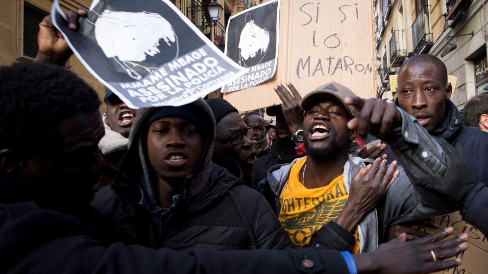 Foto: Concentración en la plaza de Nelson Mandela para protestar por la muerte de un mantero. (EFE)