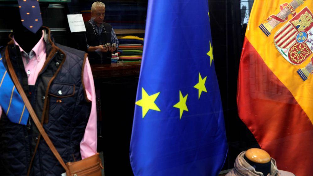 Foto: Dependiente de una tienda madrileña. (Reuters)