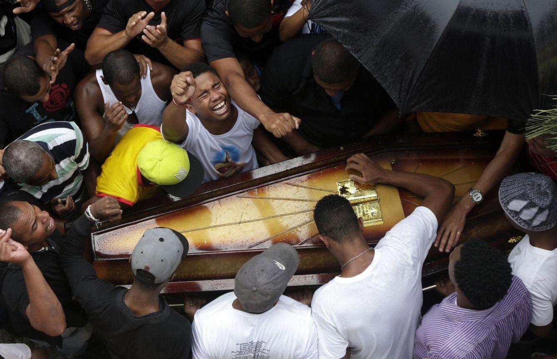 Foto: Familiares y amigos de un brasileño de 25 años, Douglas Rafael da Silva, asesinado en Río de Janiero, durante su funeral (Reuters)