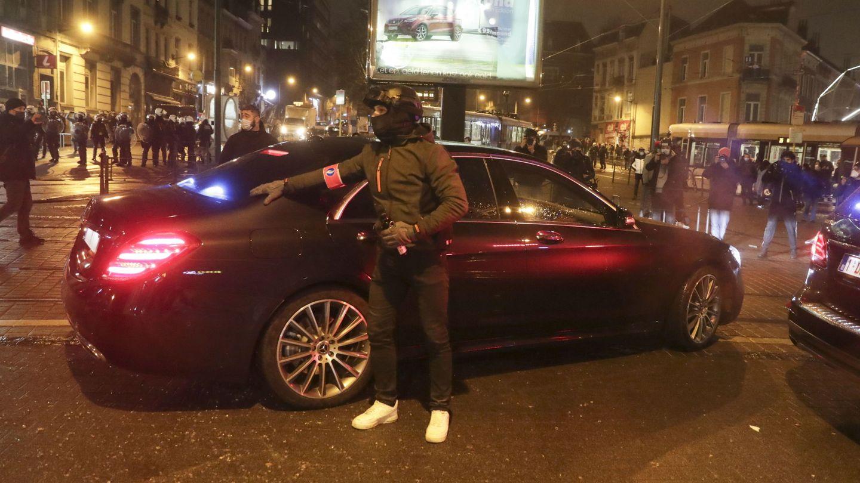 El vehículo del rey Felipe, protegido por la policía. (EFE)