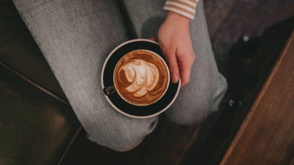 El truco del café que te puede dejar sin empleo: nunca hagas esto en una entrevista