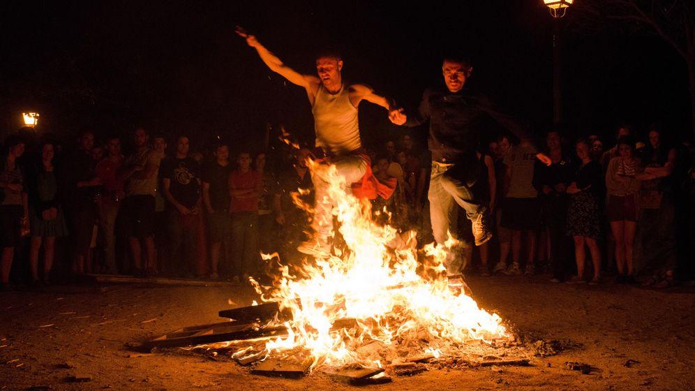 Foto: Jóvenes celebran la noche de San Juan en Madrid. (CORBIS)