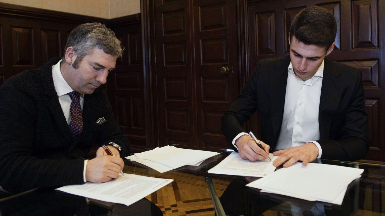 Josu Urrutia y Kepa Arrizabalaga, durante la firma de renovación del portero.