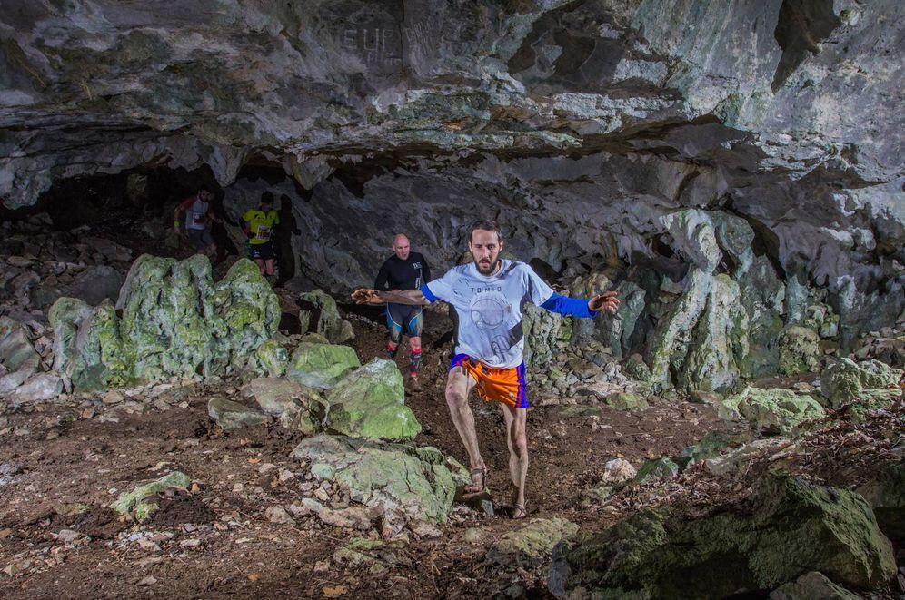 Foto: Varios participantes en la Kobaz Koba Trail transitan por una de las cuevas incluidas en el recorrido, con el primer corredor con calzado minimalista.