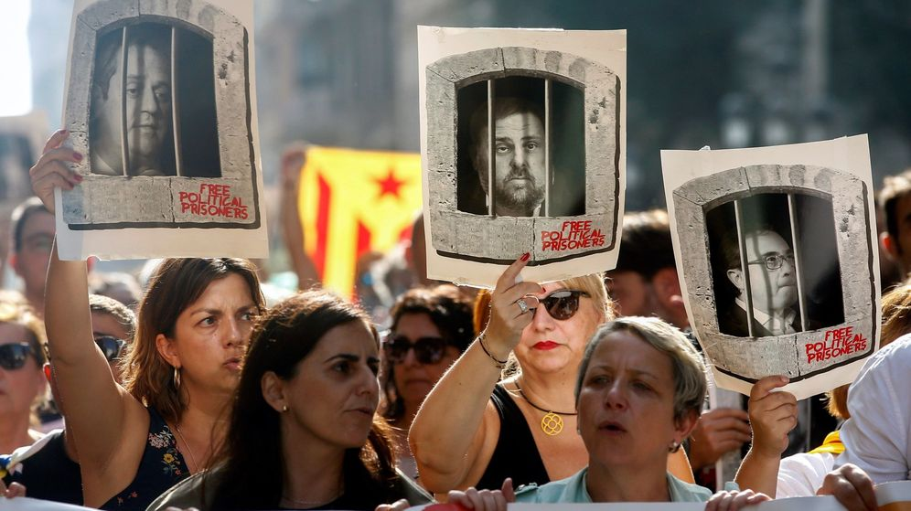 Foto: Centenares de personas cortan la céntrica Via Laietana de Barcelona en protesta por la sentencia del 'procés'. (EFE)
