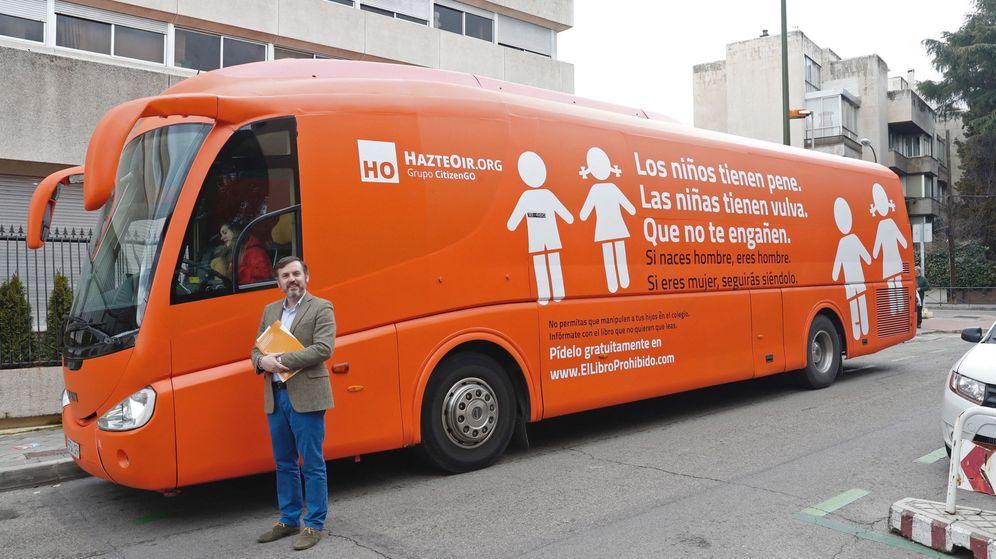 Foto: El presidente de HazteOir, Ignacio Arsuaga, posa junto al autobús rotulado con lemas contra los transexuales. (EFE)