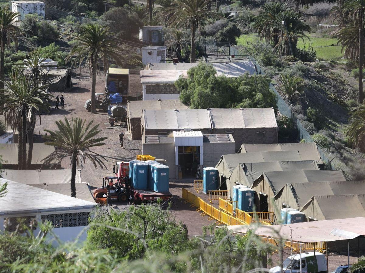Foto: El campamento instalado en el antiguo polvorín de Barranco Seco, en Las Palmas de Gran Canaria. (EFE)