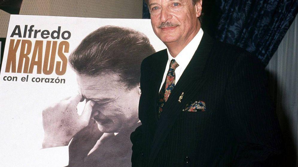 Foto: El tenor Alfredo Kraus, en enero de 1991, durante el 35º aniversario de su debut artístico. (EFE)