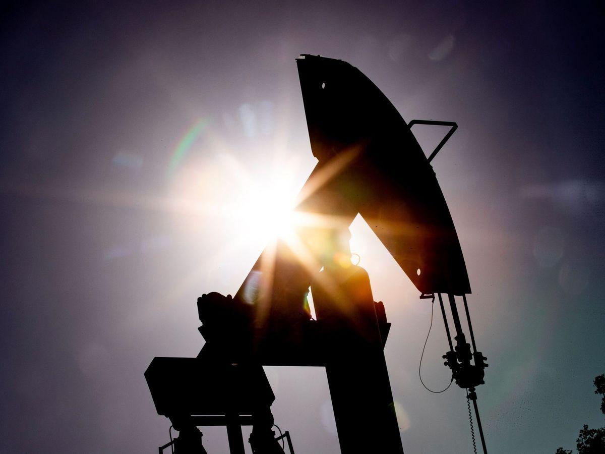 Foto: Vista de una máquina de bombeo de petróleo. (EFE)