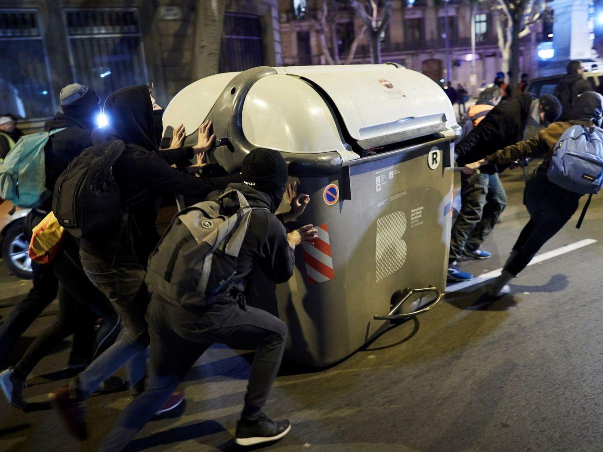 Foto: Varios manifestantes arrastran un contenedor durante una manifestación convocada por los CDR. (EFE)