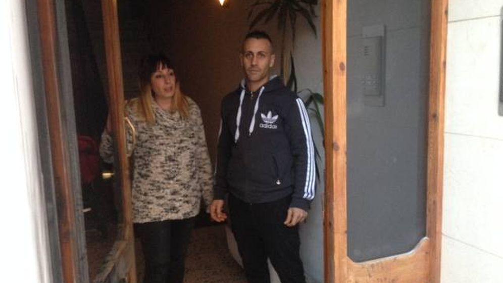 Foto: Jordi y Cristina, en el portal quemado de su casa. (D. B.)