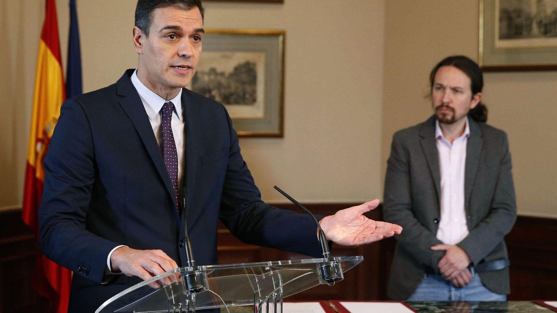 Pedro Sánchez y Pablo Iglesias, tras firmar el pre acuerdo de Gobierno. (EFE)