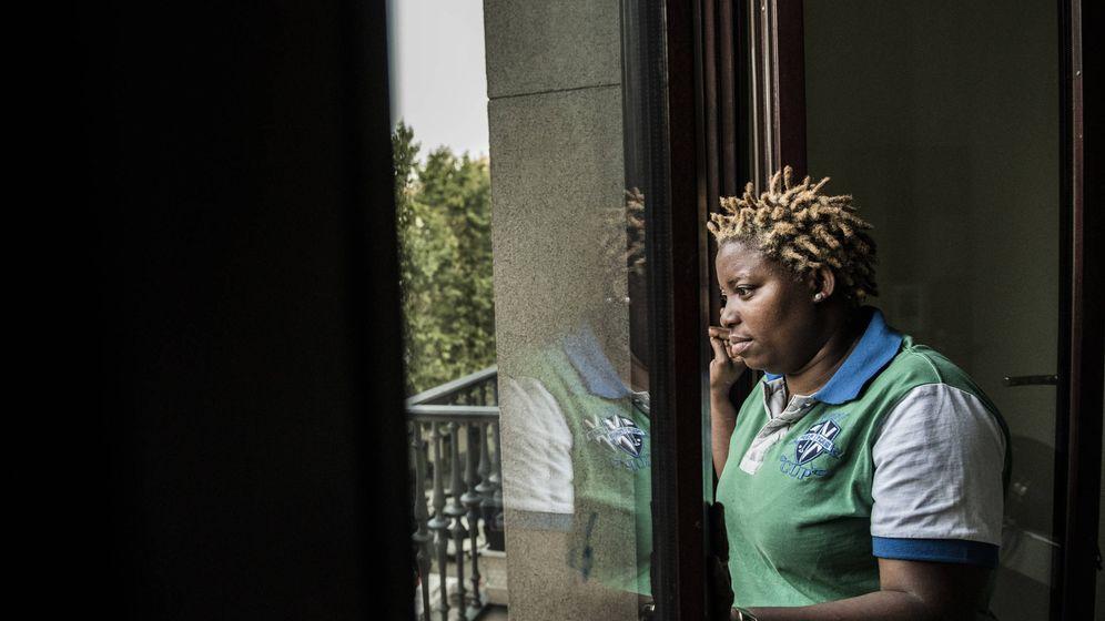 Foto: Danielle, en el despacho de su asociación Día-Día África Libertad en Madrid. (Natalia Lázaro Prevost)