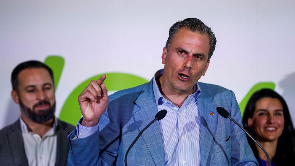 Foto: Javier Ortega Smith, durante su comparecencia en la sede de Vox la pasada noche electoral. (EFE)