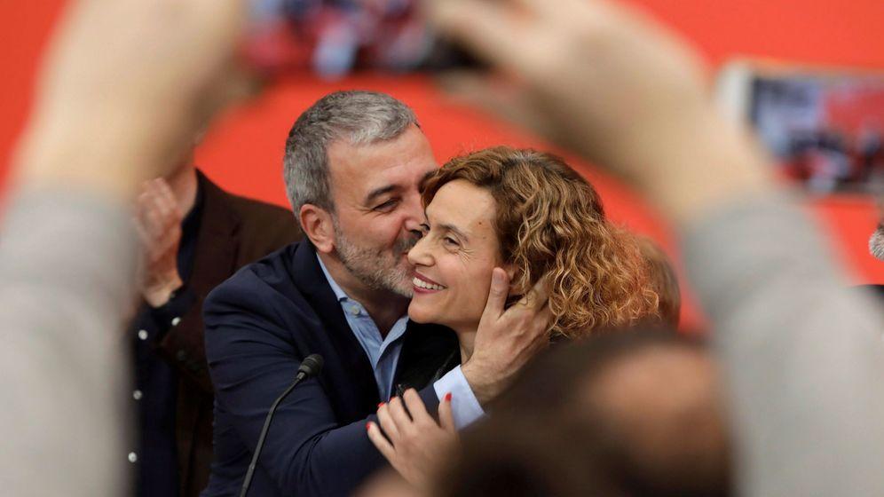 Foto: La cabeza del PSC al Congreso por Barcelona, Meritxell Batet, es felicitada por el candidato a la alcaldía de Barcelona, Jaume Collboni (i), durante el seguimiento de la noche electoral. (EFE)