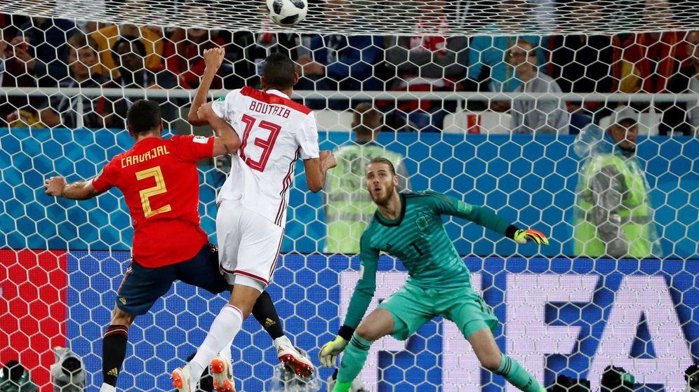 Foto: Carvajal intenta llegar a un balón ante la mirada de De Gea durante el partido contra Marruecos en Kaliningrado. (EFE)
