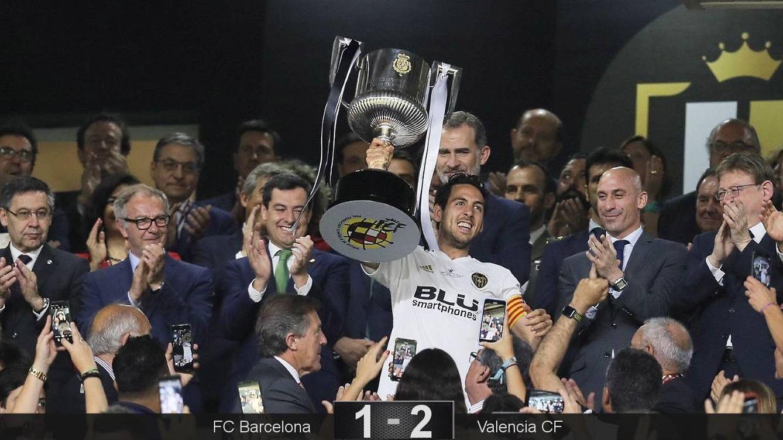 Foto: Parejo recibió el trofeo de la Copa del Rey de manos de Felipe VI. (EFE)