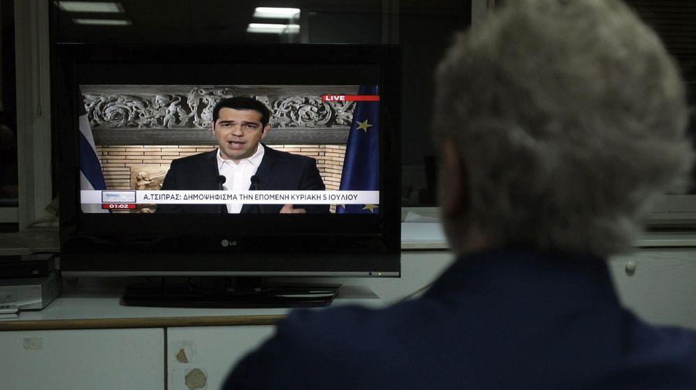 Foto: Un hombre observa el discurso de Tsipras. (EFE)