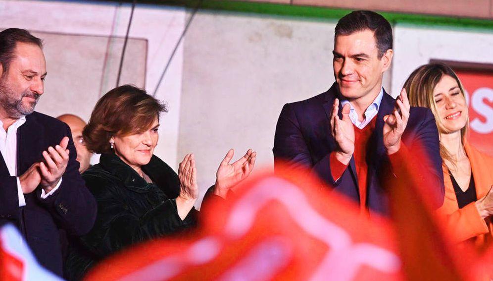 Foto: Pedro Sánchez, junto a su mujer, Begoña Gómez, y Carmen Calvo y José Luis Ábalos (i), celebrando la victoria del 10-N en Ferraz. (EFE)