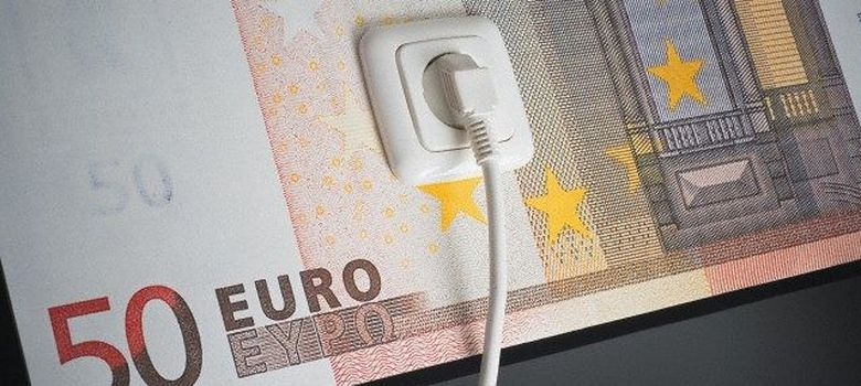 Foto: Billete de cincuenta euros y enchufe. (Corbis)