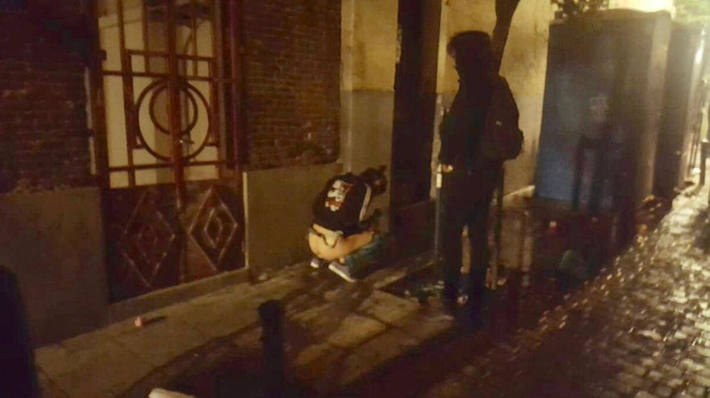 Foto: Una viandante haciendo sus necesidades en una calle de Malasaña
