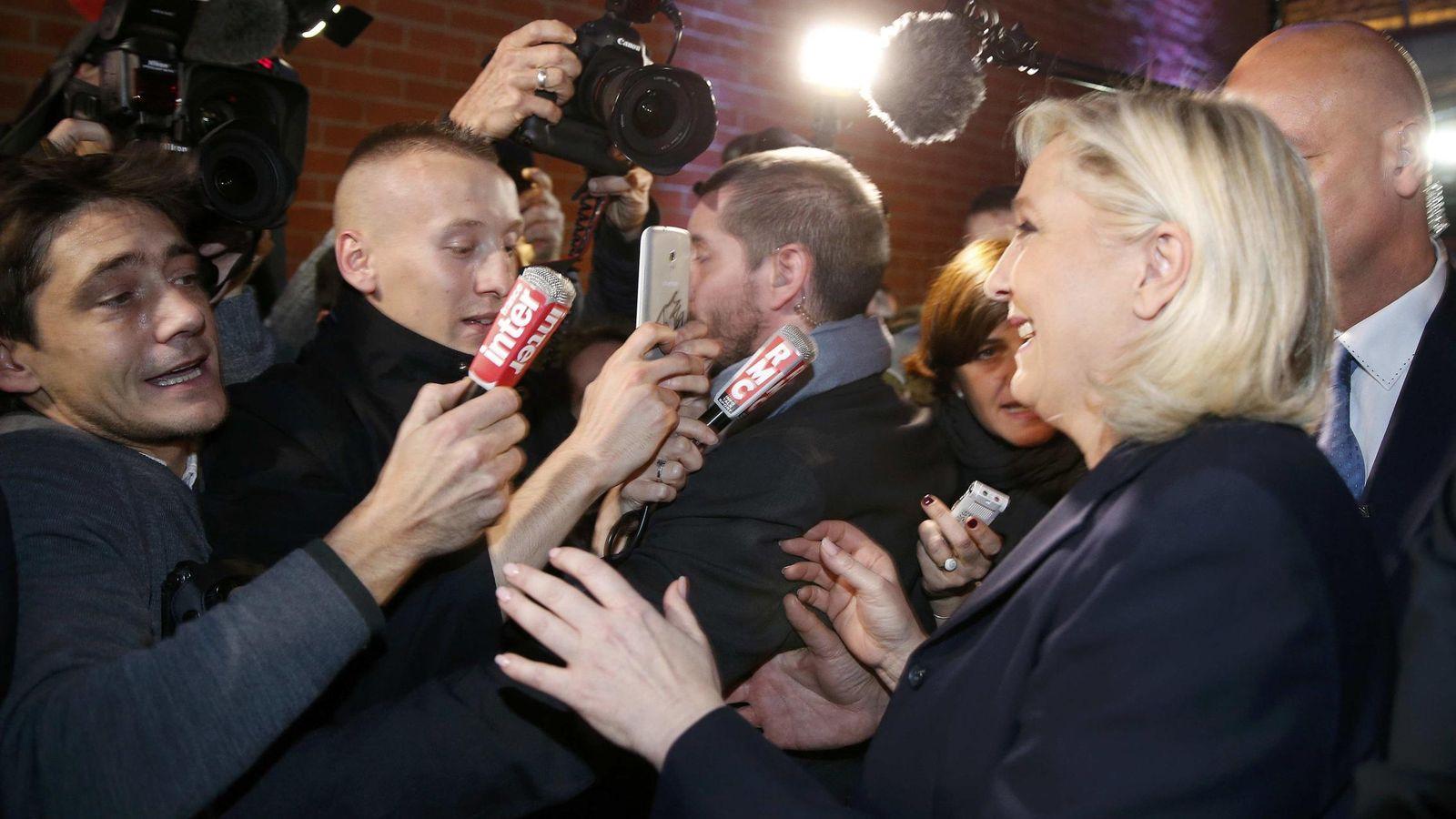 Foto: Marine Le Pen atiende a los medios de comunicación, ayer. (Reuters)