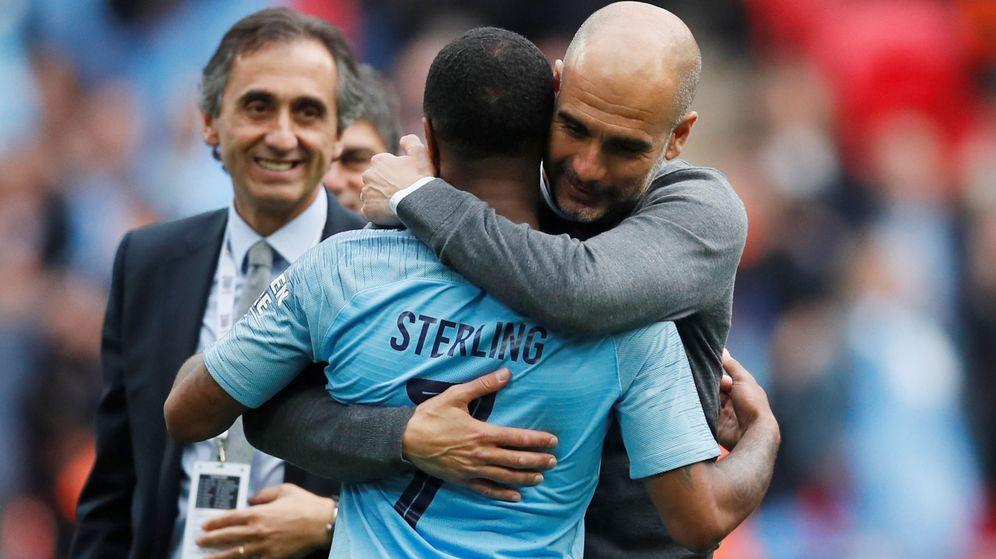 Foto: Guardiola abraza a Sterling tras la victoria del City ante el Watford en la final de la FA Cup. (Reuters)
