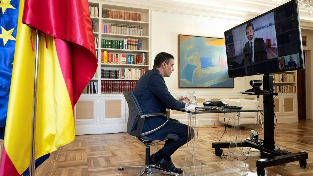 Foto: Pedro Sánchez, durante la reunión por videoconferencia con Pablo Casado, este 20 de abril en la Moncloa. (EFE)