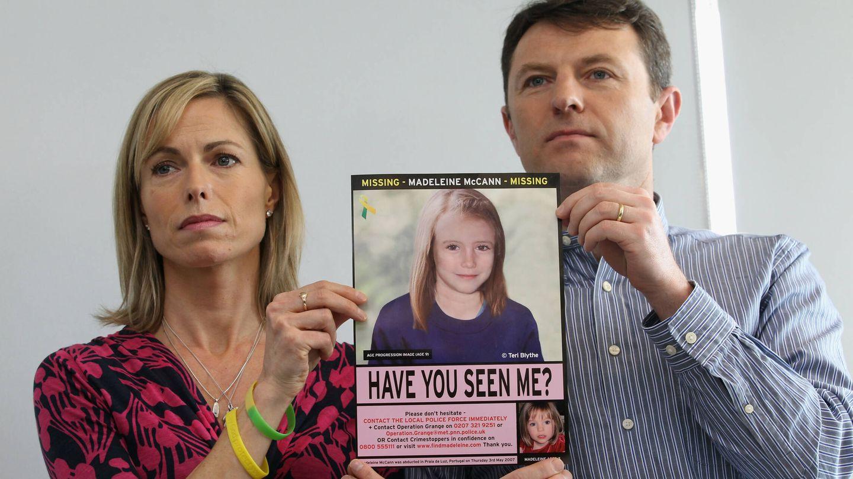 Los McCann, con una foto de su hija Madeleine. (Getty)