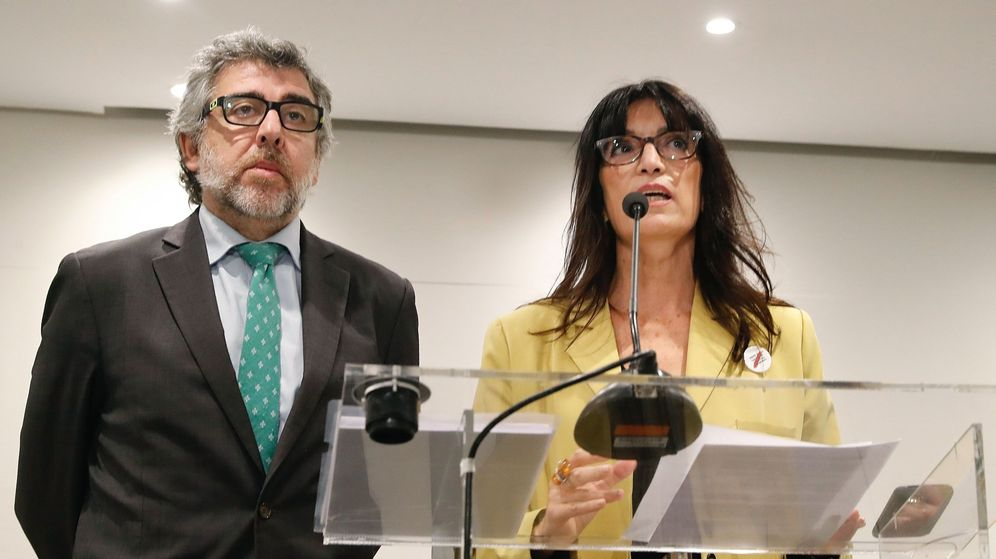 Foto: El abogado Jordi Piña y la portavoz de los políticos catalanes presos, Pilar Calvo. (EFE)