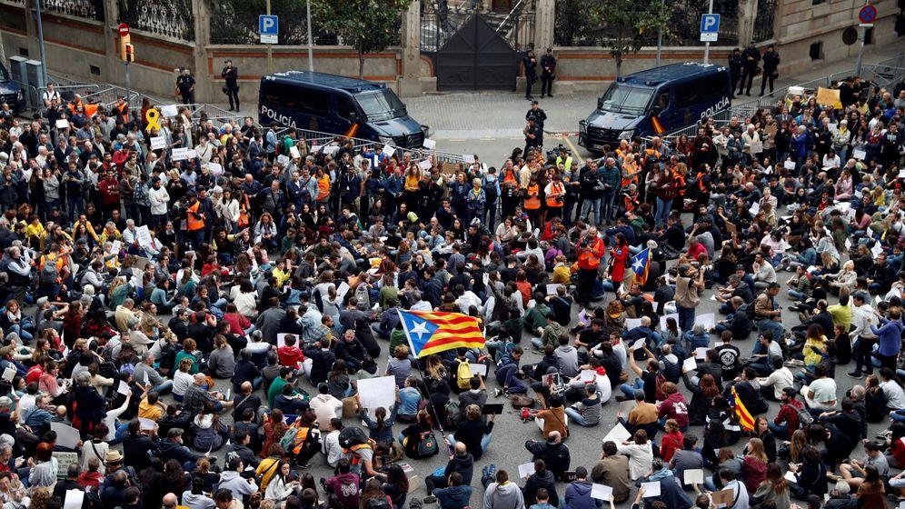Foto: Concentración ante la sede de la Delegación del Gobierno en Cataluña, convocadas por la plataforma Tsunami Democràtic ante la visita de Pedro Sánchez, a Barcelona. (EFE)