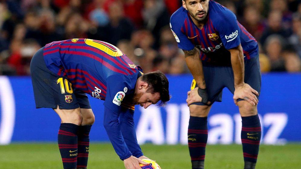 Foto: Leo Messi y Luis Suárez colocan el balón para lanzar una falta a favor del FC Barcelona. (EFE)
