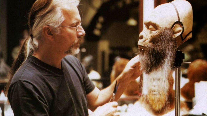 Rick Baker puliendo una de sus criaturas