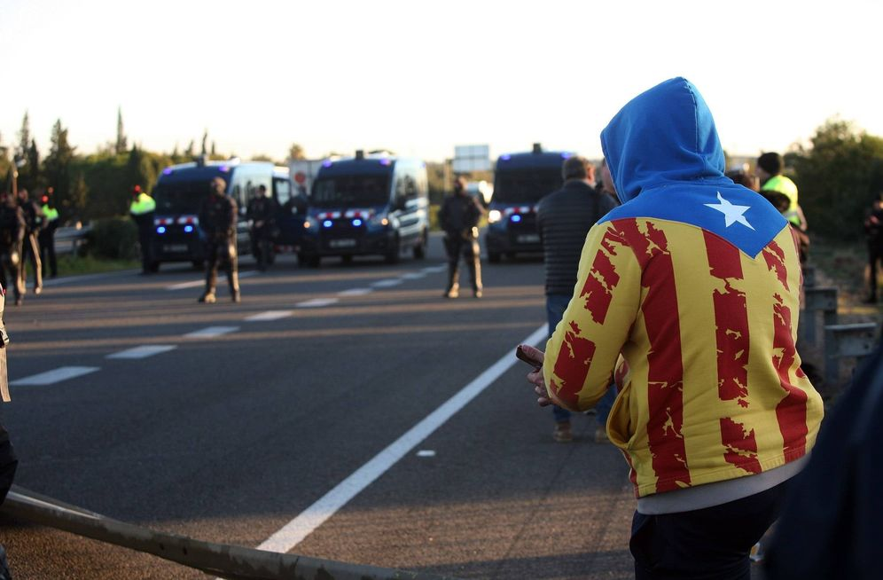 Foto: Vista del corte que grupos independentistas han realizado en la AP-7 a la altura de L'Ampolla (Tarragona). (EFE)