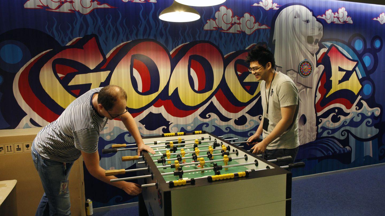 Empleados de Google, en Singapur, jugando al futbolín. (Reuters)